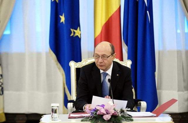 Basescu: 7 cavaleri ai Ordinului cer retragerea decoratiei lui Tokes