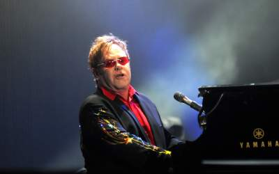 Elton John avertizează în...