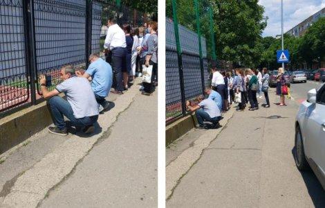 """Festivitate de absolvire """"pe sub gard"""". Părinții, umiliți peste măsură"""