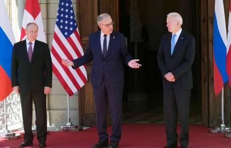 Biden i-a făcut cadou lui Putin o pereche de ochelari de soare stil...