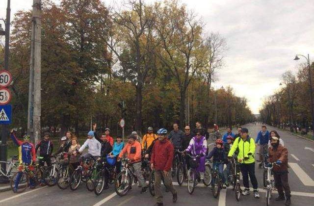 """Sute de persoane participa la campania """"BICICLESTI"""", dedicata pietonilor si biciclistilor"""