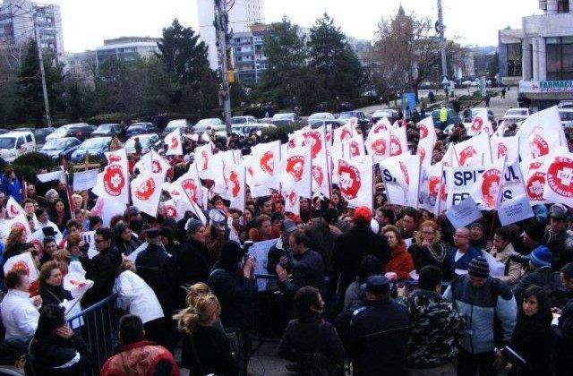 """Mii de cadre sanitare protesteaza in Capitala: Manifestantii au adus un dric pentru """"moartea Sanatatii"""""""