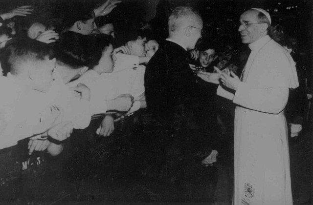 """Biserica """"a inchis ochii"""" in fata genocidului lui Hitler"""