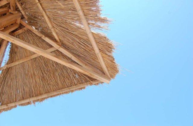 Atentie: Pe plaja, umbrela de soare este insuficienta