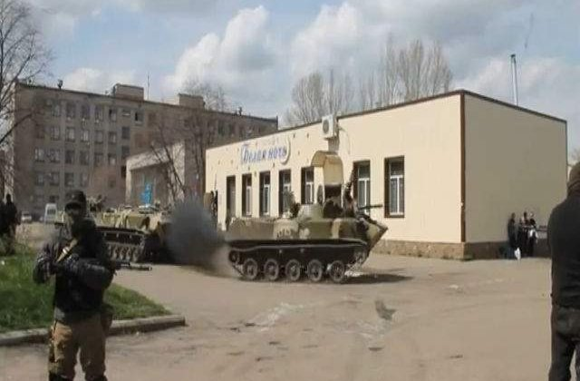 [VIDEO] Separatistii rusi se distreaza cu un blindat capturat