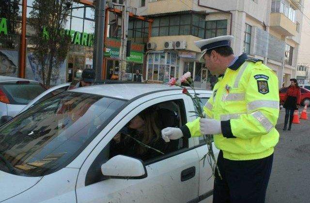 Politistii au oferit, de 1 Martie, martisoare si flori femeilor aflate la volan