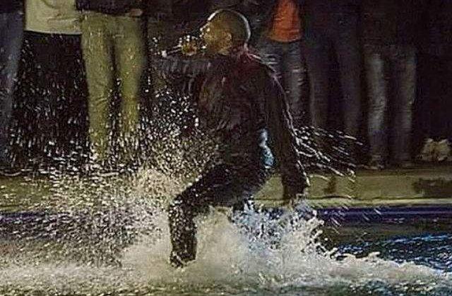 [VIDEO] Kanye West a incercat sa mearga pe apa in timpul unui concert la Erevan