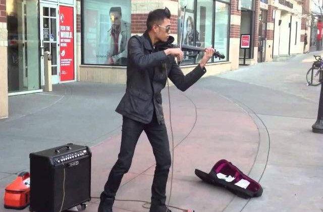 [VIDEO] Acest violonist stradal uimeste trecatorii cu talentul sau
