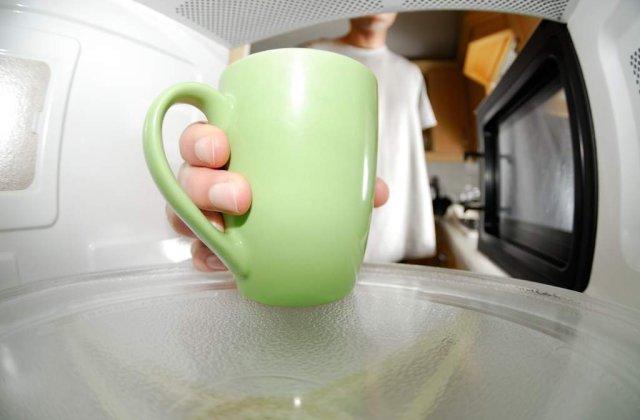 PERICOL de explozie! Ce NU trebuie sa pui NICIODATA in cuptorul cu microunde