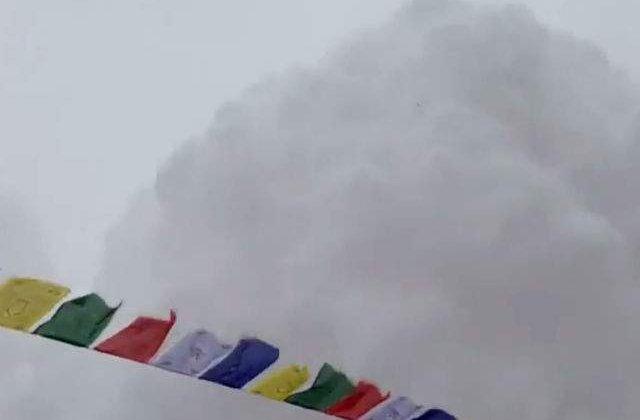[VIDEO] Momentul in care avalansa loveste tabara de baza de pe Everest