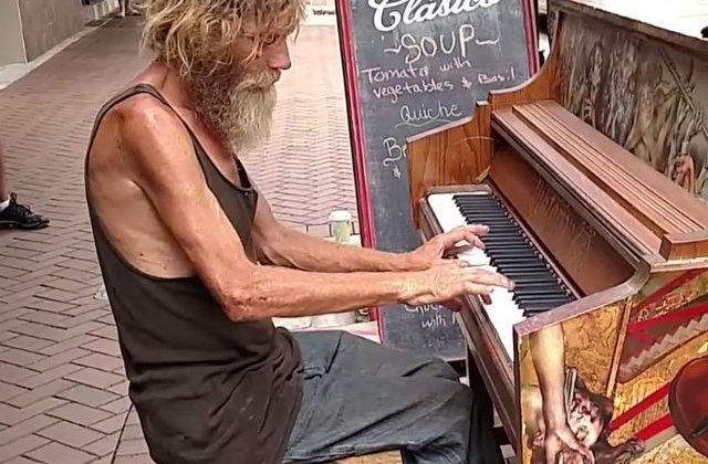 [VIDEO] Asculta-l pe acest om al strazii cantand la pian. Te va lasa in lacrimi