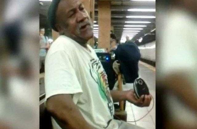 [VIDEO] Toata lumea l-a ignorat pe acest om al strazii. Pana a inceput sa cante