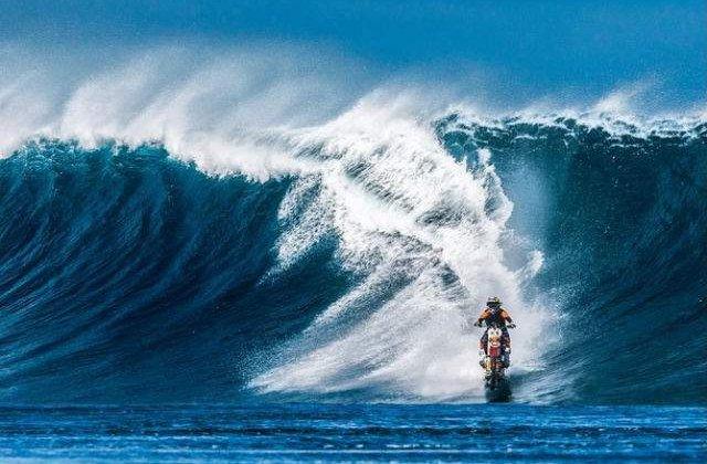 """[VIDEO] Surf pe doua roti: un cascador a """"calarit"""" valurile cu o motocicleta"""