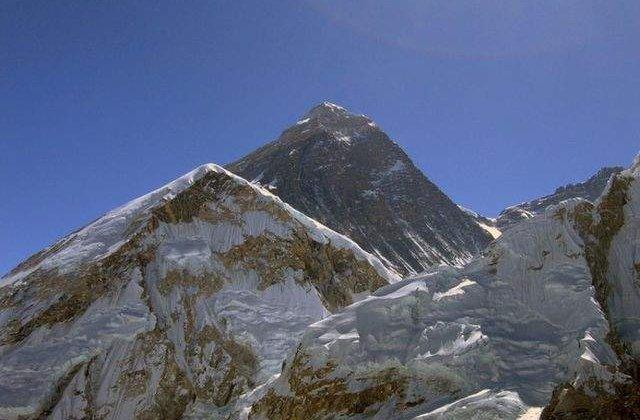Nepalul a redeschis Everestul pentru alpinisti