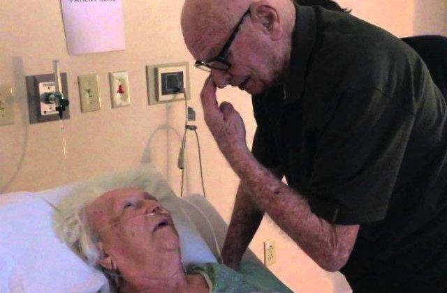 [VIDEO] Un barbat ii canta sotiei de 93 de ani, aflata pe patul de moarte