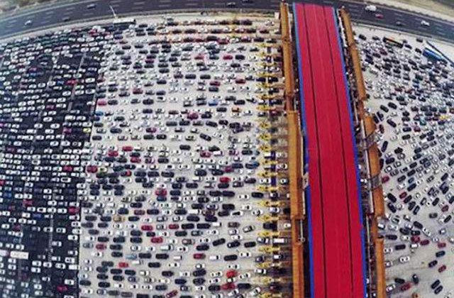 [VIDEO] Ambuteiaj de Cartea Recordurilor pe o autostrada cu 50 benzi din China