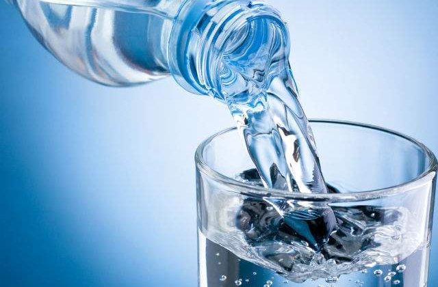 [VIDEO] Mitul apei imbuteliate: de ce este apa plata inselaciunea secolului