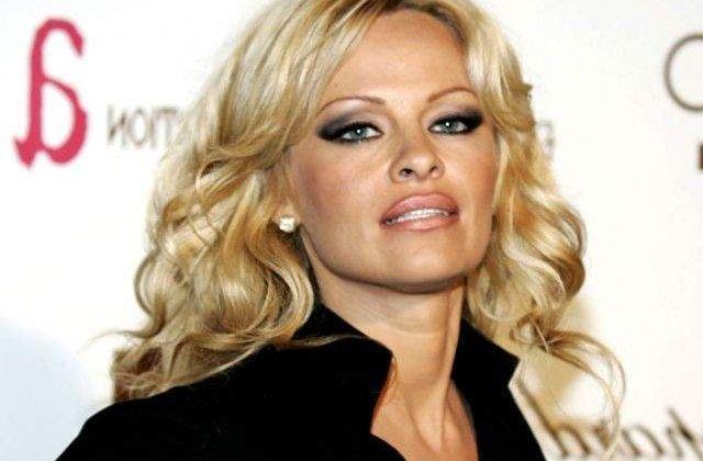 Franta: Pamela Anderson a starnit haos in Parlament dintr-un motiv incredibil