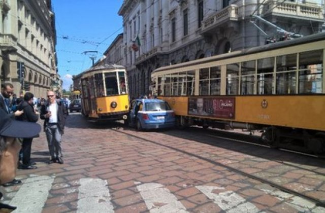 [FOTO] Milano: Masina de politie, strivita de doua tramvaie