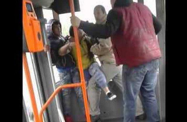 [VIDEO] Patru tineri s-au batut intr-un tramvai, pentru ca doi dintre ei ascultau manele