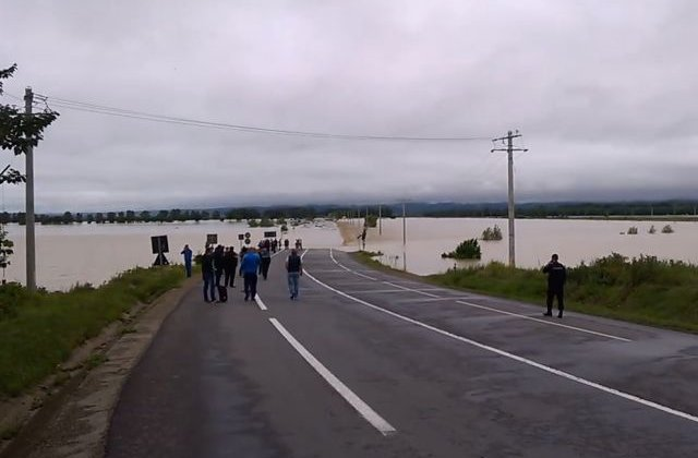 [VIDEO] Circulatie oprita pe E85, in zona Adjud. Raul Trotus a iesit din matca