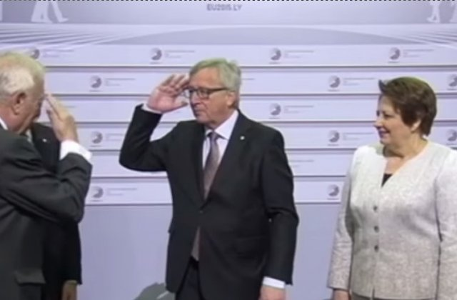 Presedintele Comisiei Europene surprins in timp ce palmuia liderii internationali