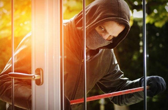Cum te pazesti de hoti in propria casa. 6 sfaturi care iti pot salva viata si bunurile