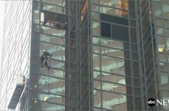 [VIDEO] Un barbat escaladeaza neasigurat Trump Tower