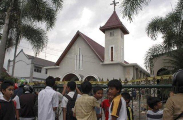 """Indonezia: Atac sinucigas cu bomba intr-o biserica catolica, nereusit. Dispozitivul tanarului """"obsedat"""" de liderul Statului Islamic nu s-a detonat"""