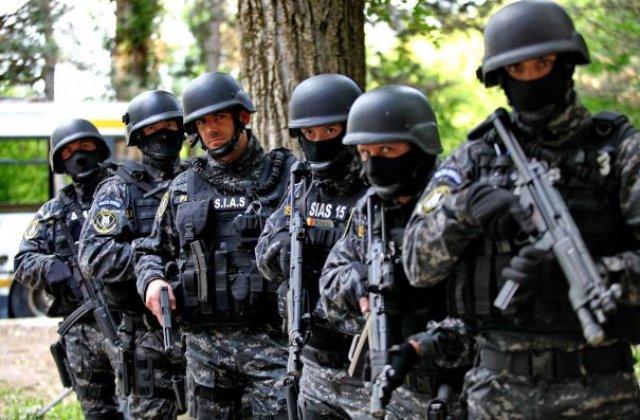 Trupele speciale ale Politiei Romane l-au facut pe un artist roman sa sara pe geam de frica