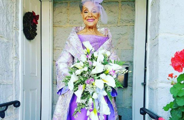[FOTO] O femeie de 86 ani s-a maritat intr-o rochie creatie proprie