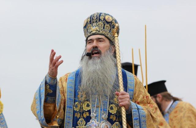 IPS Teodosie s-a prezentat la Politie insotit de 30 de preoti din Arhiepiscopia Tomisului care au venit sa il sustina