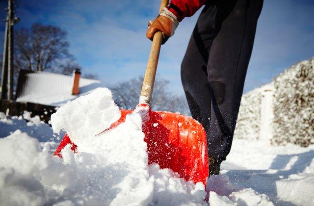 Ce amenzi usturatoare risti iarna aceasta daca nu cureti zapada de pe trotuar. Politia a dat mii de sanctiuni